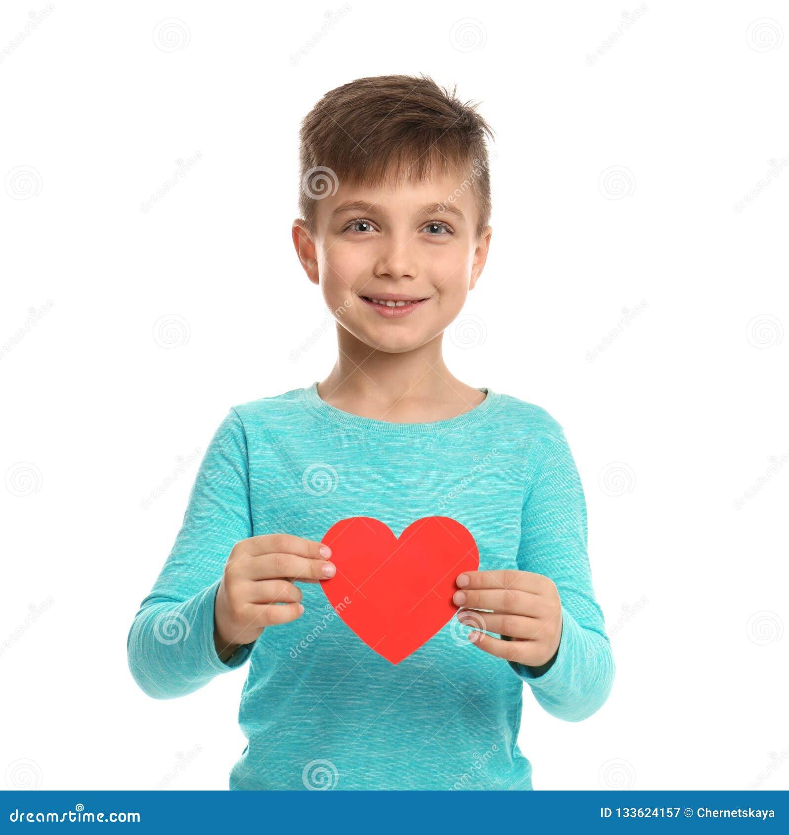 Garçon mignon avec le coeur décoratif