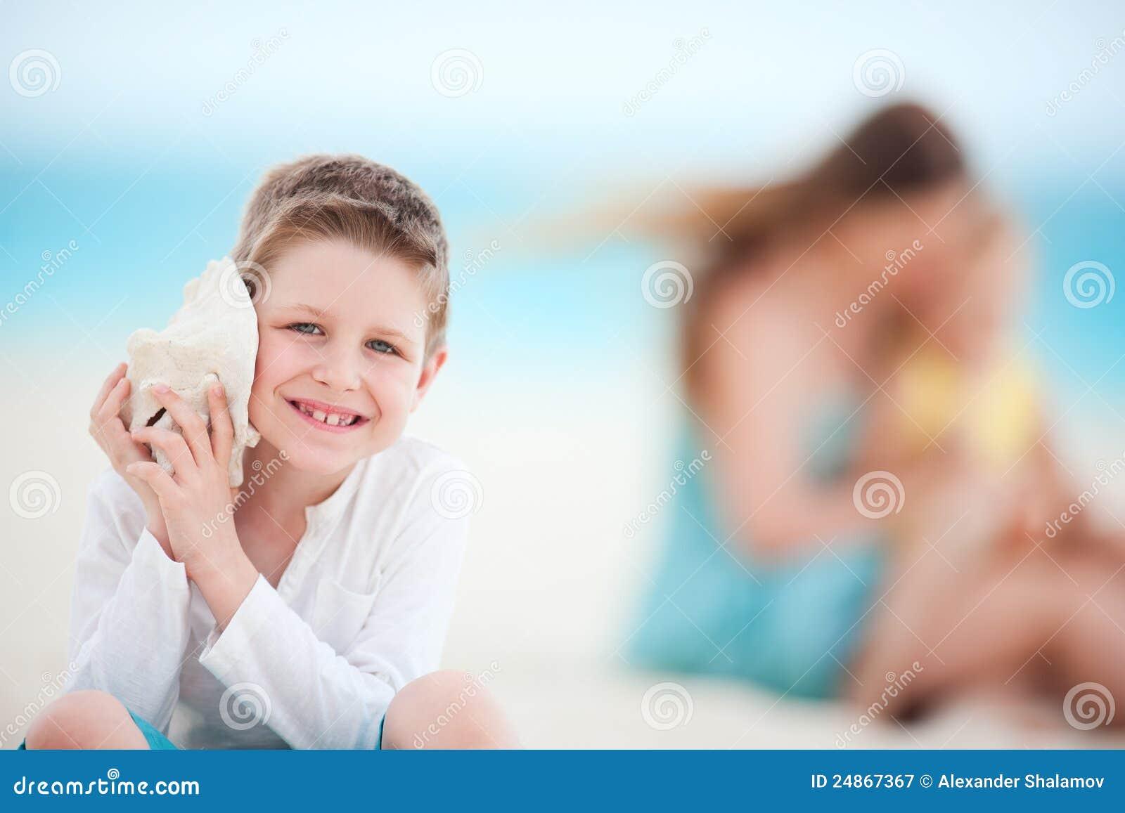 Garçon mignon avec le seashell