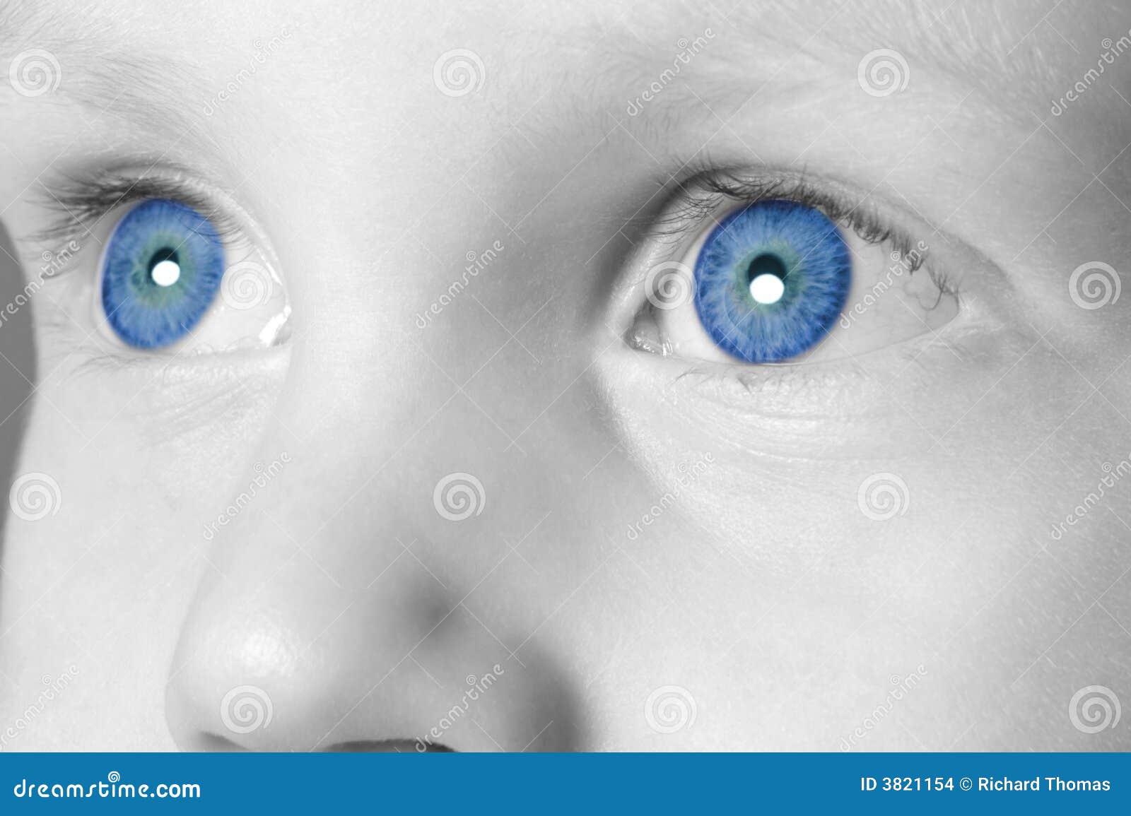 Garçon observé bleu