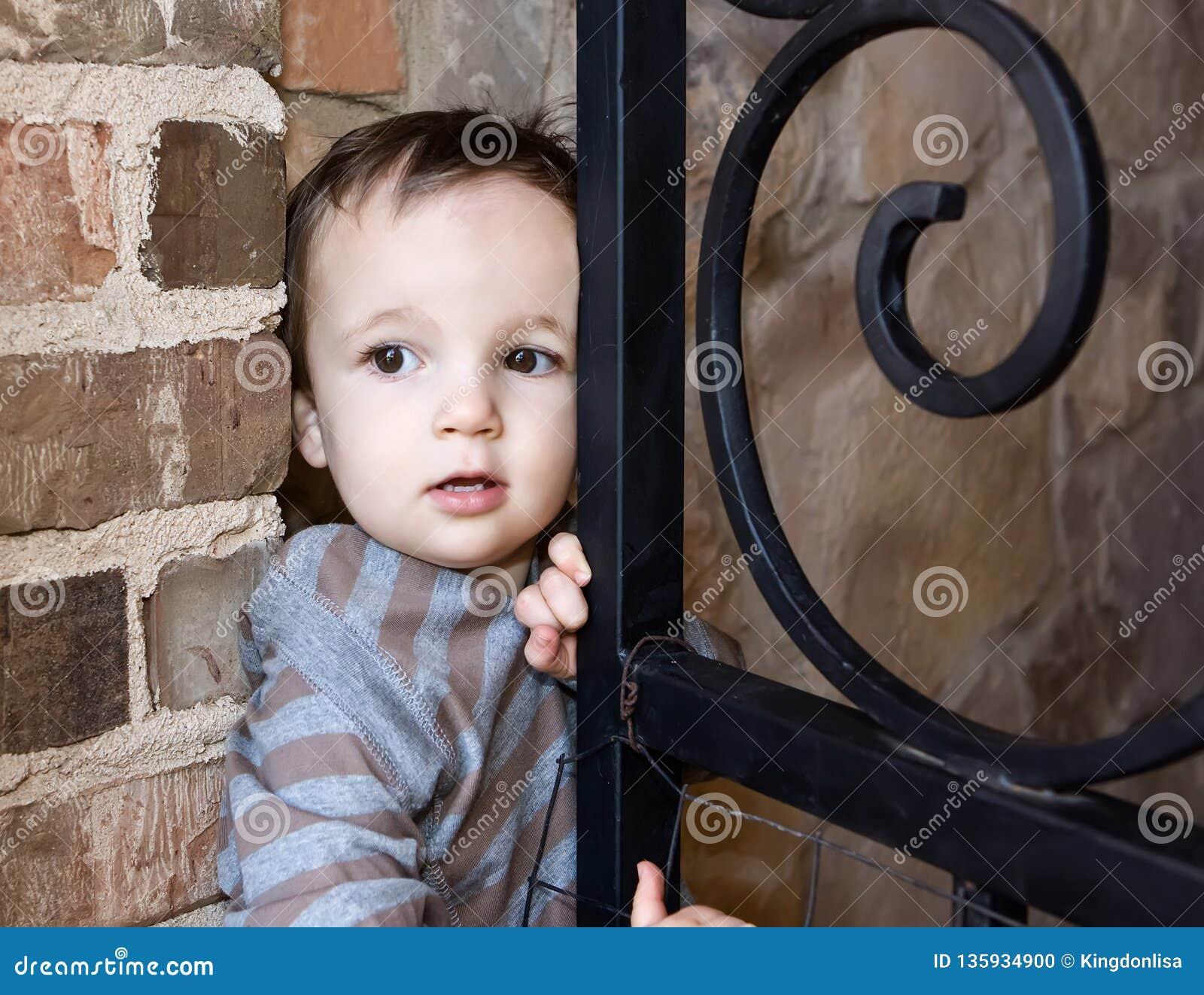 Garçon partant furtivement hors de la porte pour loger