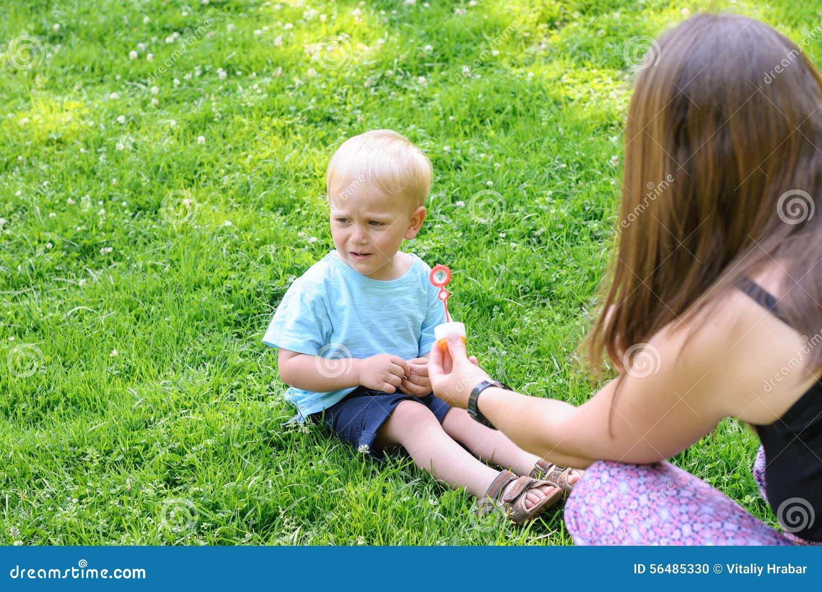 Garçon pleurant dans le jardin