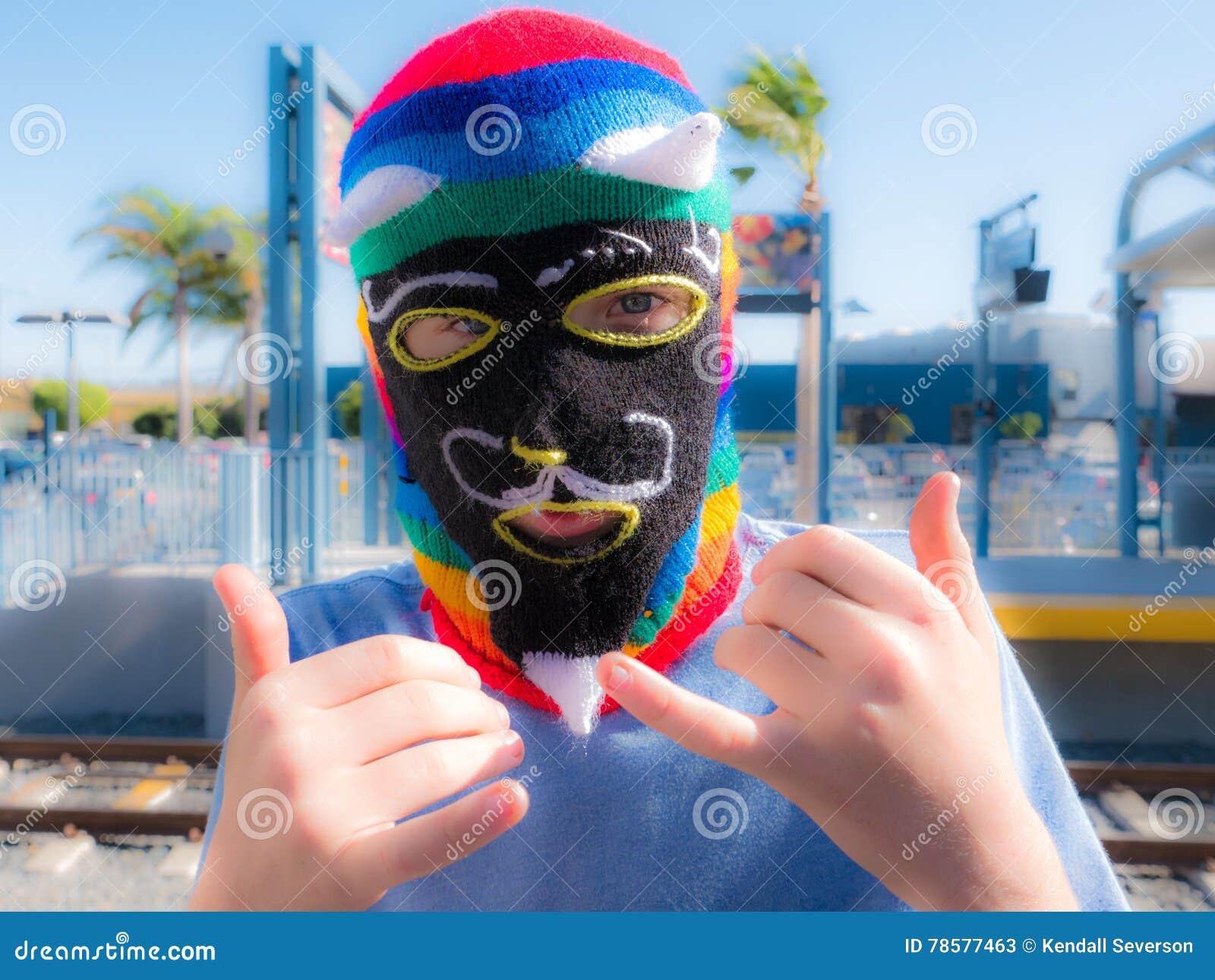 Garçon portant Peru Waq et x27 ; masque de Knit de laine d Ollo à la station de train en Santa Monica
