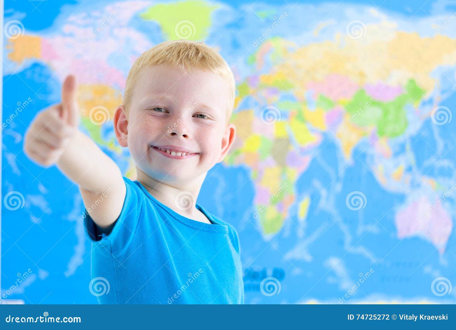 Garçon préscolaire avec la carte du monde