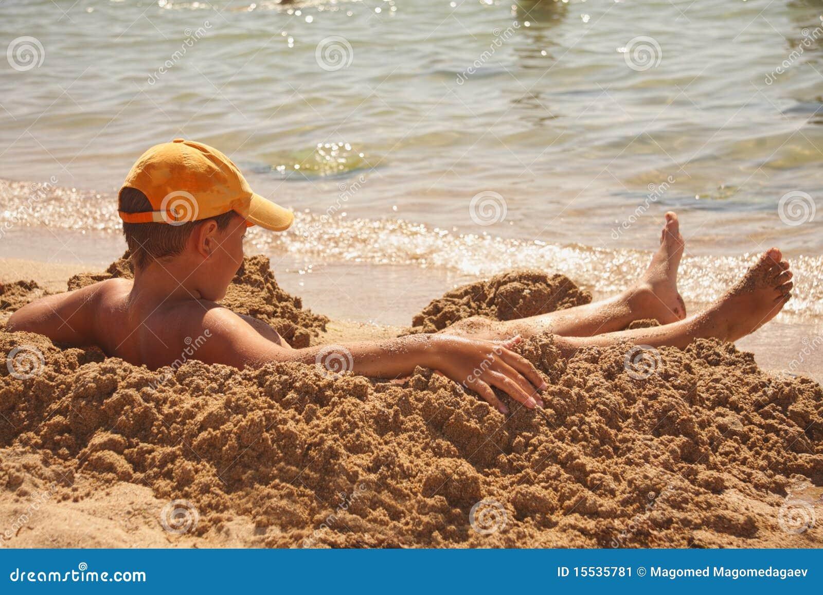 Garçon prenant le soleil-bain