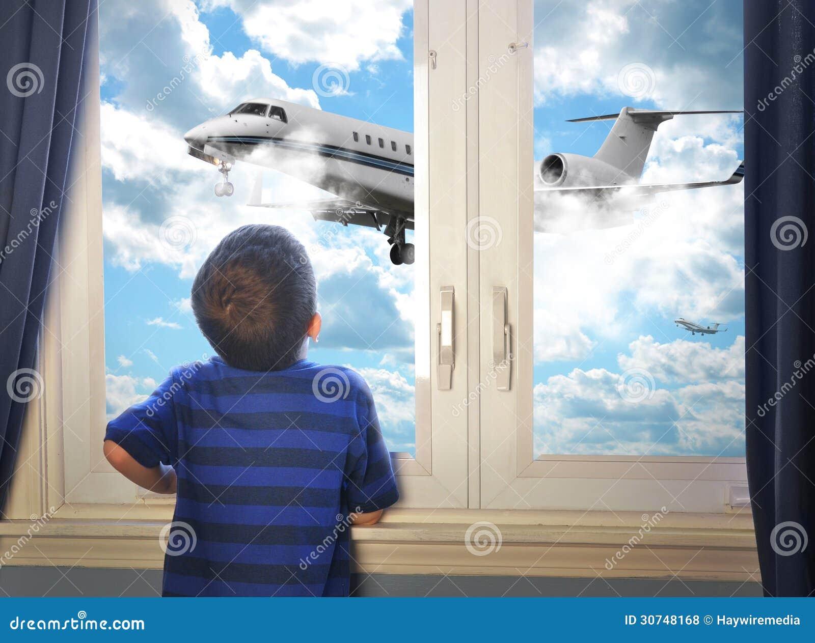 Garçon regardant l avion de vol dans la chambre