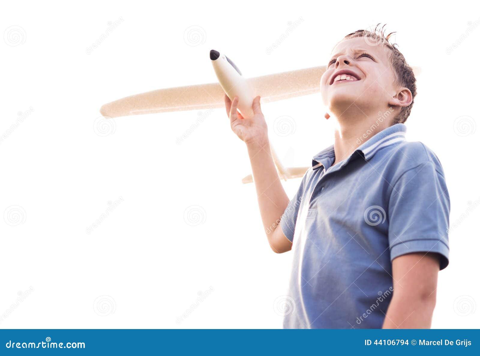 Garçon regardant le ciel avec un avion