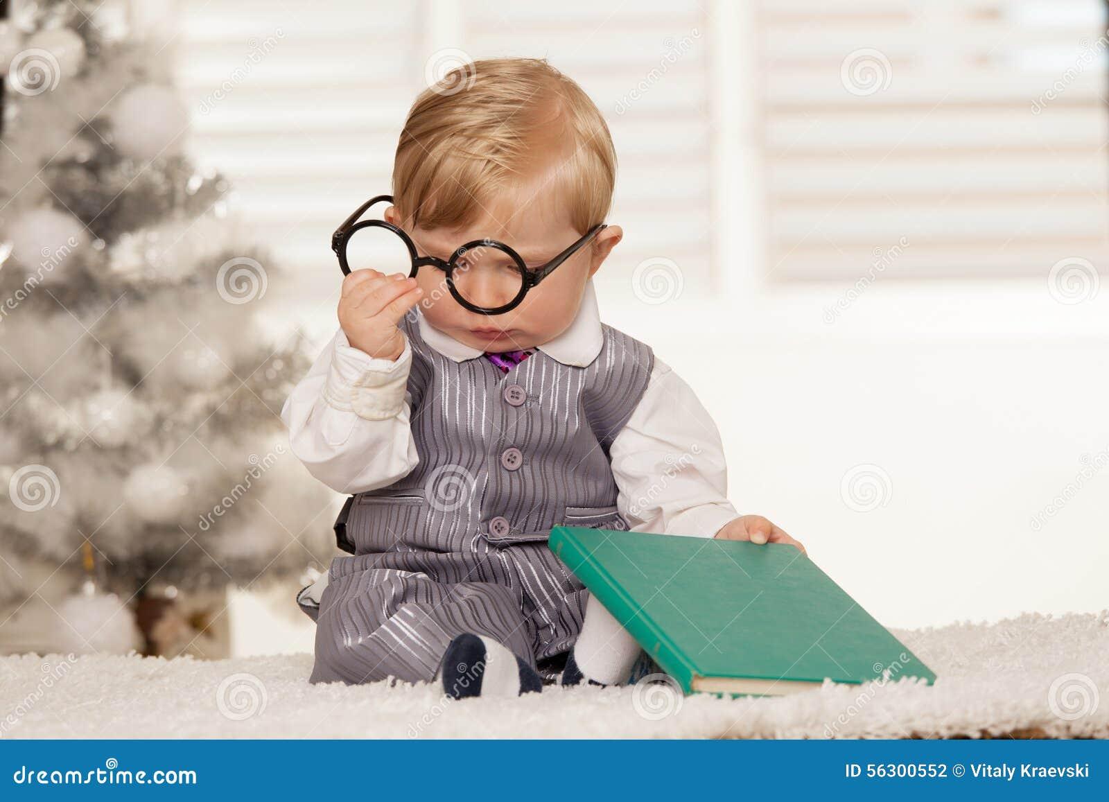Garçon ringard de baie lisant un livre