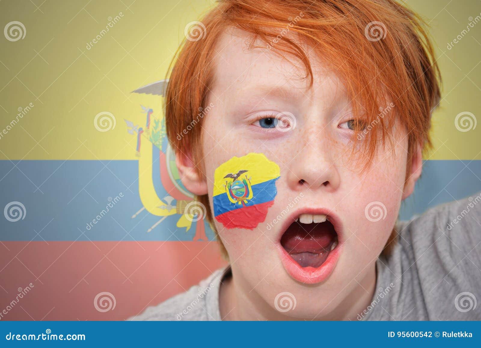 Garçon roux de fan avec le drapeau d ecuadorian peint sur son visage