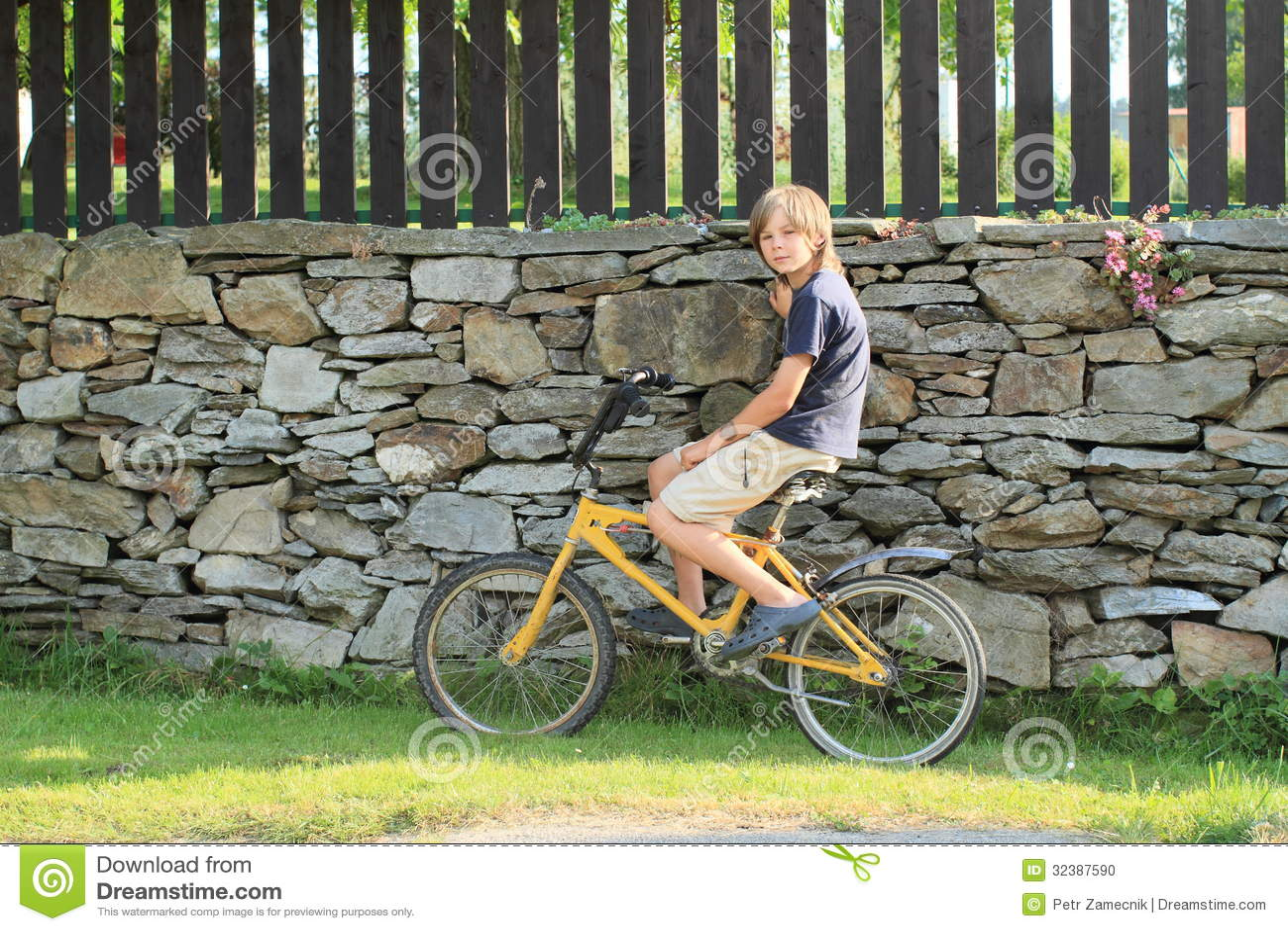 Garçon s asseyant sur un vélo