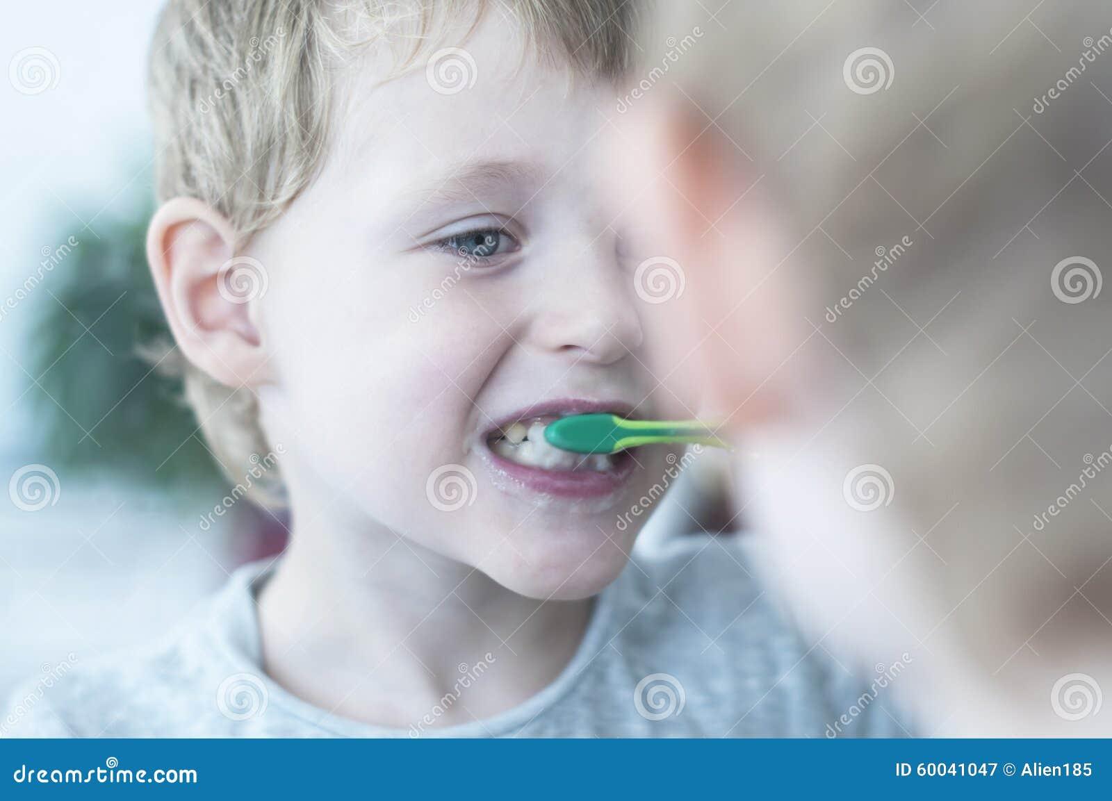 Garçon se brossant les dents