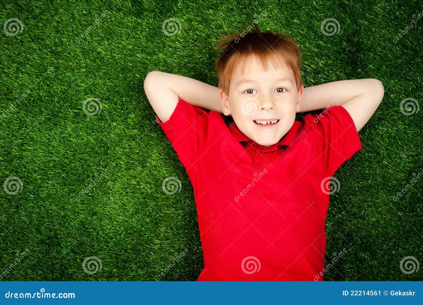 Garçon se trouvant sur une pelouse verte