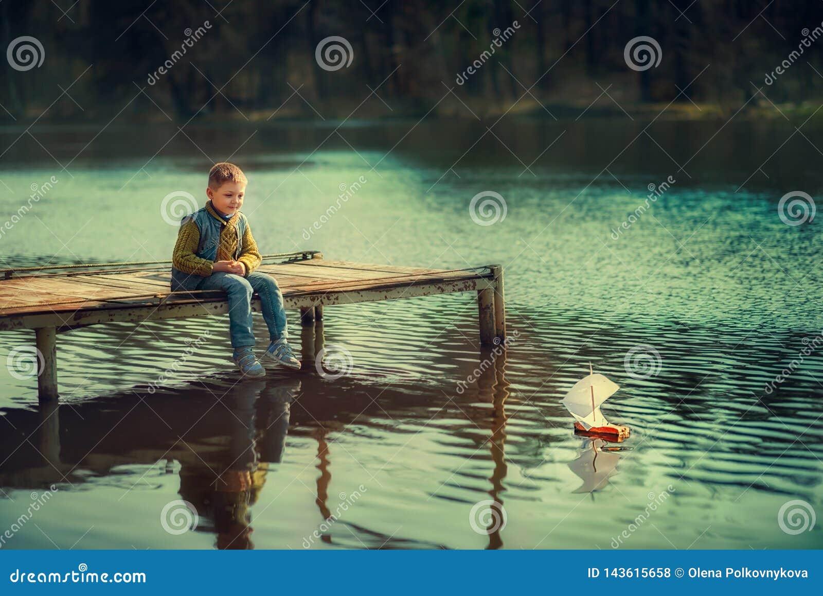 Garçon sur la rivière