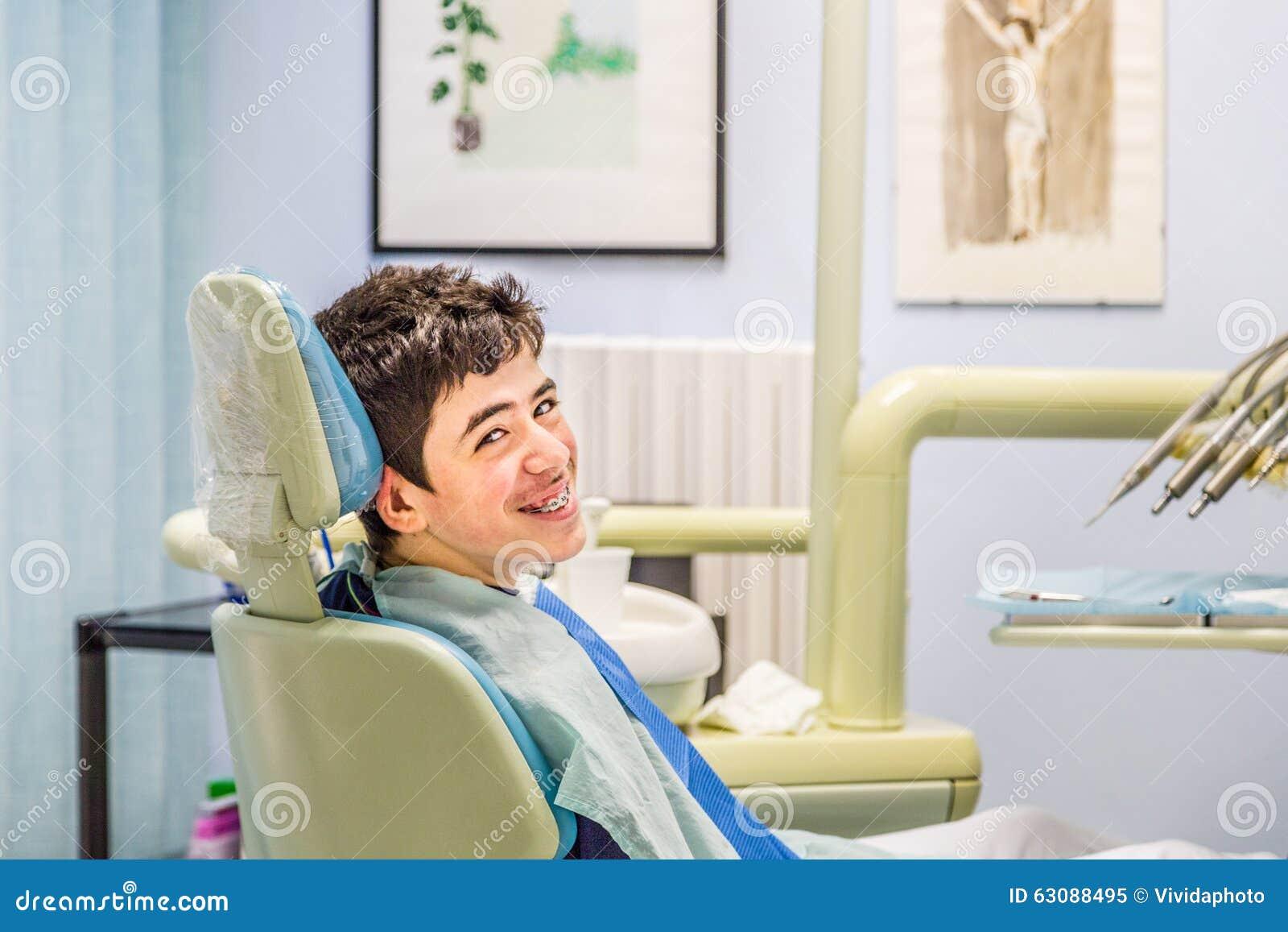 Download Garçon Sur Les Accolades D'apparence De Chaise De Dentiste Image stock - Image du garçon, mensonge: 63088495
