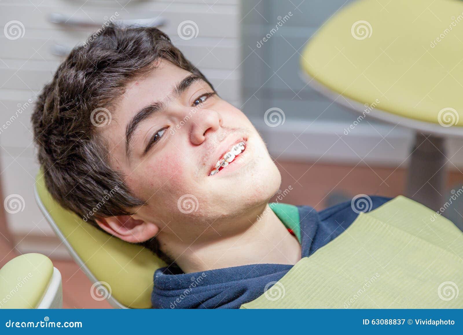 Download Garçon Sur Les Accolades D'apparence De Chaise De Dentiste Image stock - Image du dents, clinique: 63088837