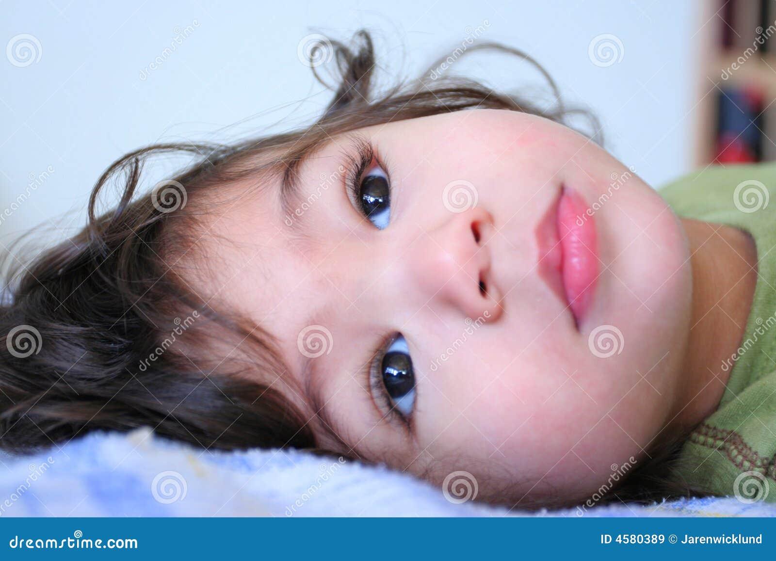 Garçon tranquille doux d enfant en bas âge