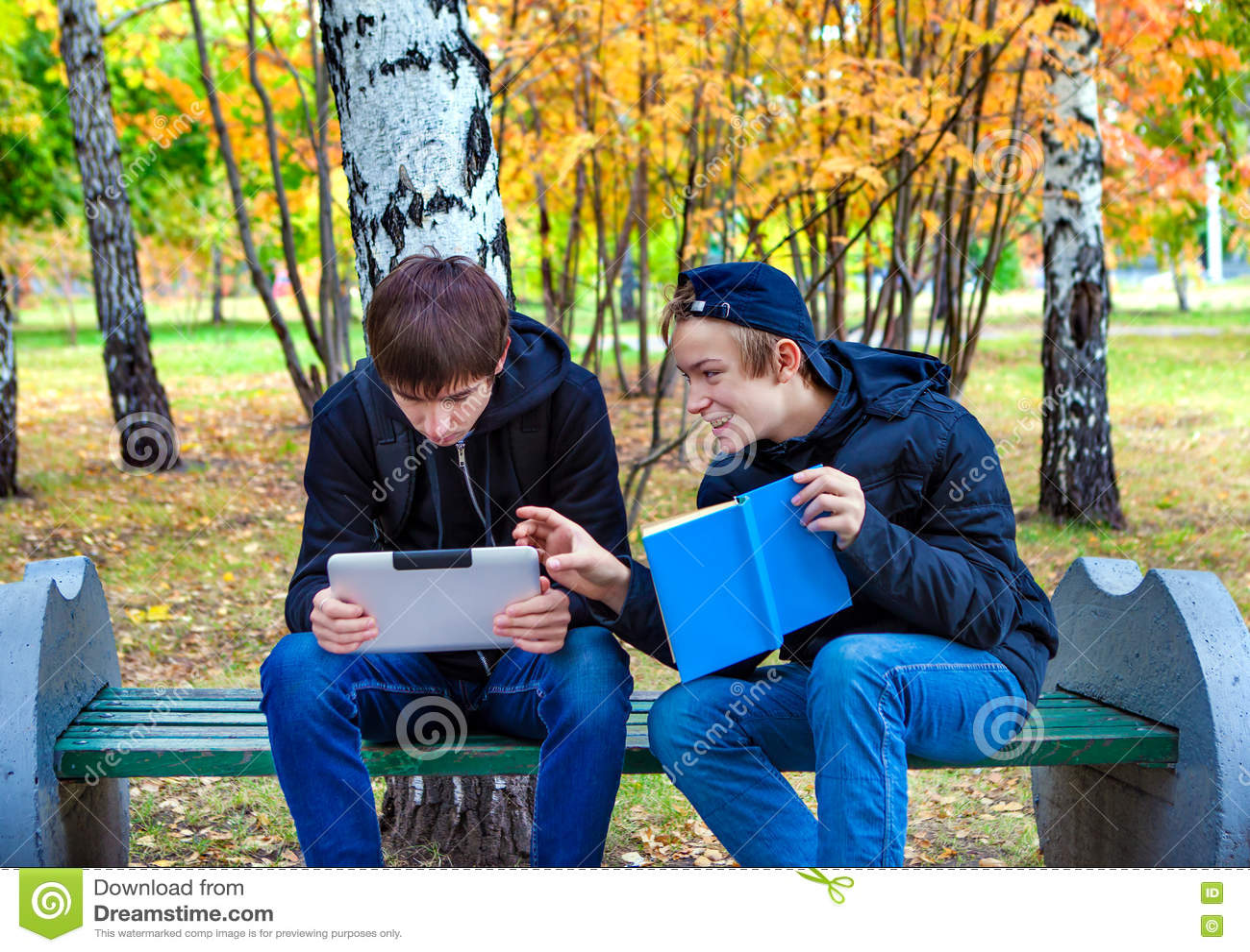 Garçons avec la Tablette et un livre