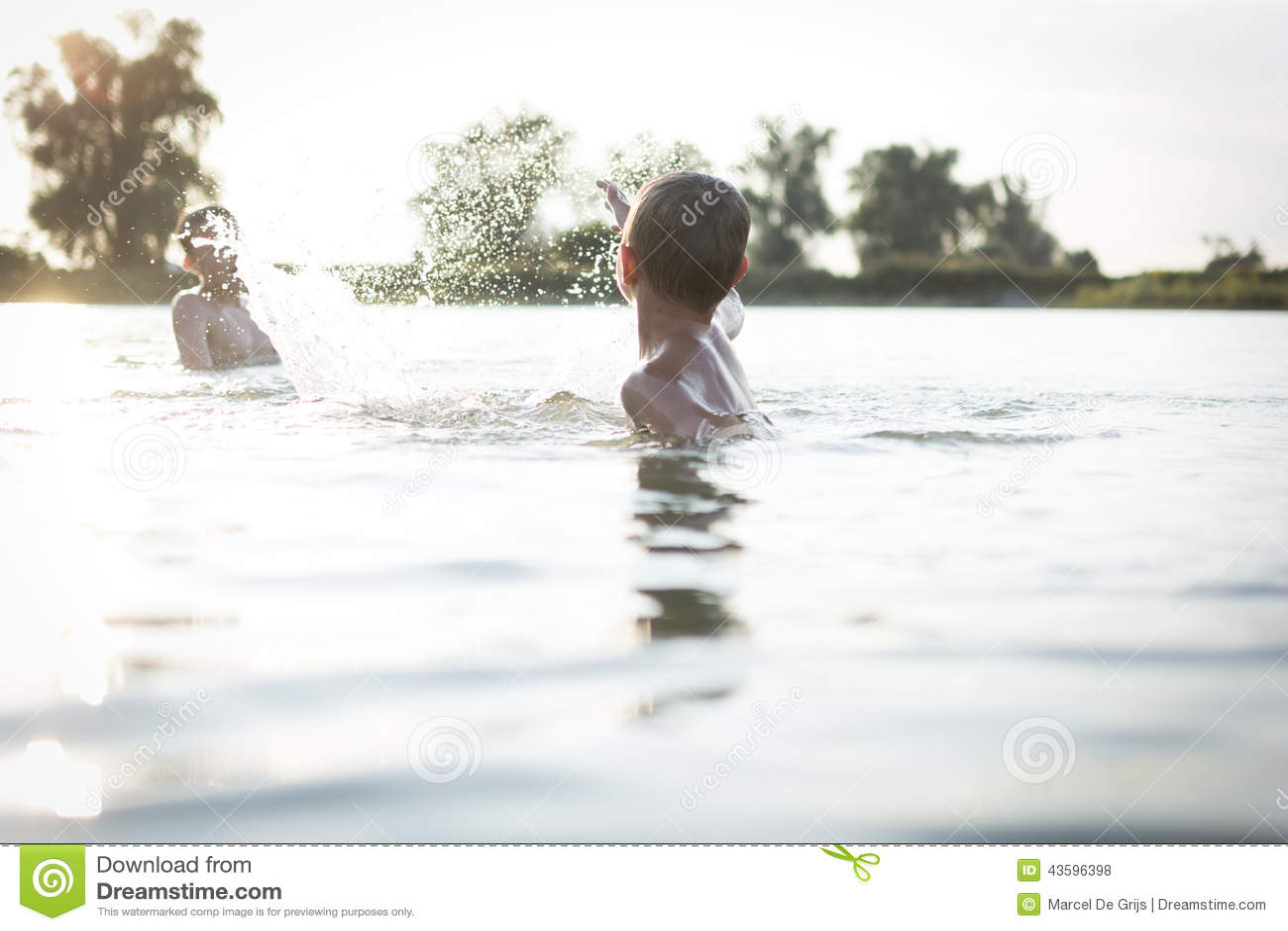 Garçons ayant l amusement dans un lac