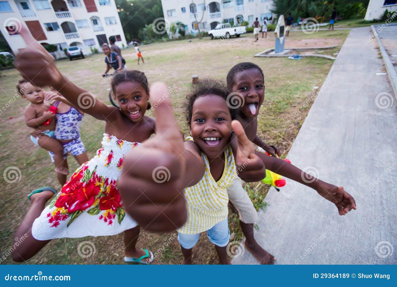 Garçons et filles heureux