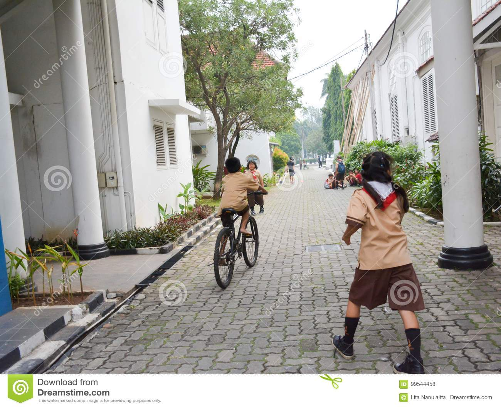 Garçons et scout de filles élémentaires Jakarta
