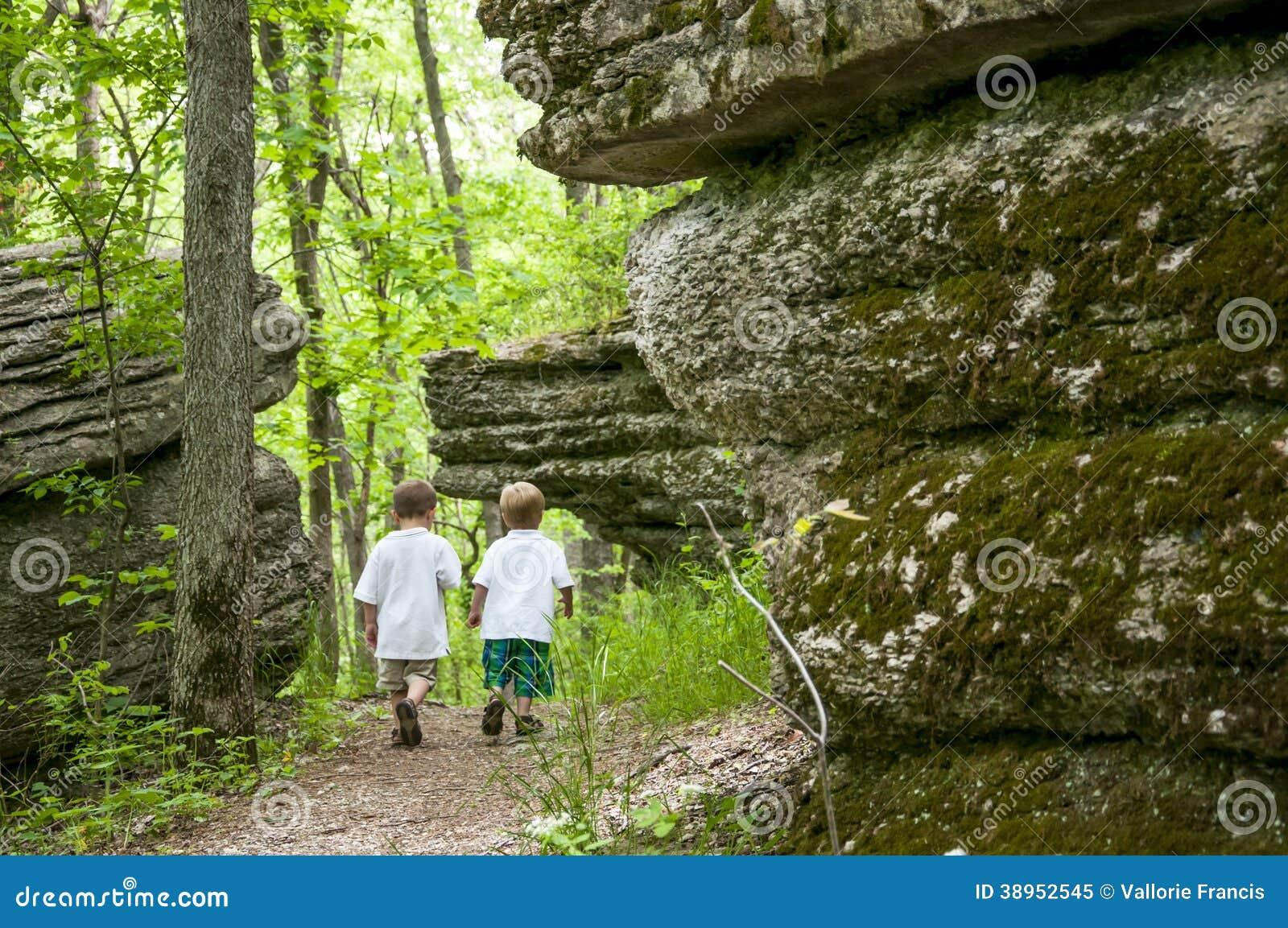 Garçons marchant sur l itinéraire aménagé pour amateurs de la nature du Missouri