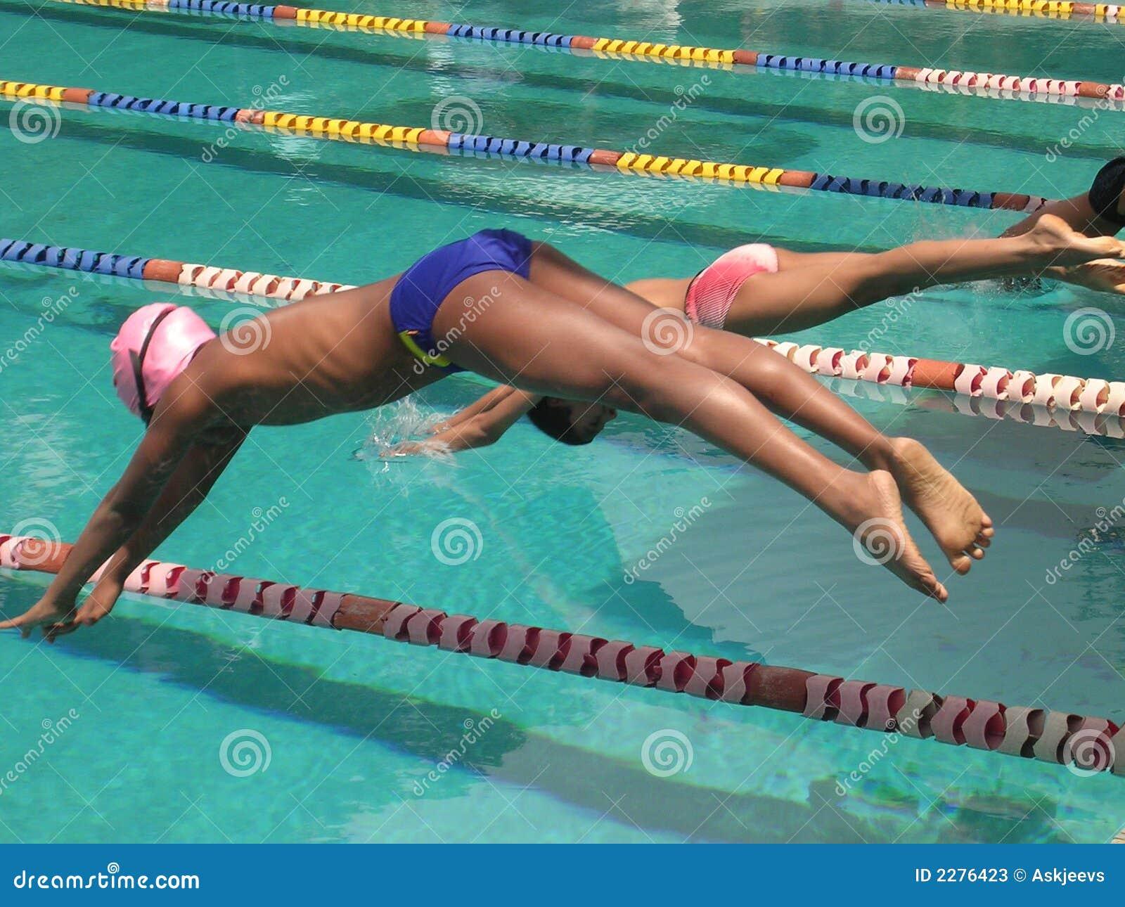 Garçons plongeant dans le regroupement