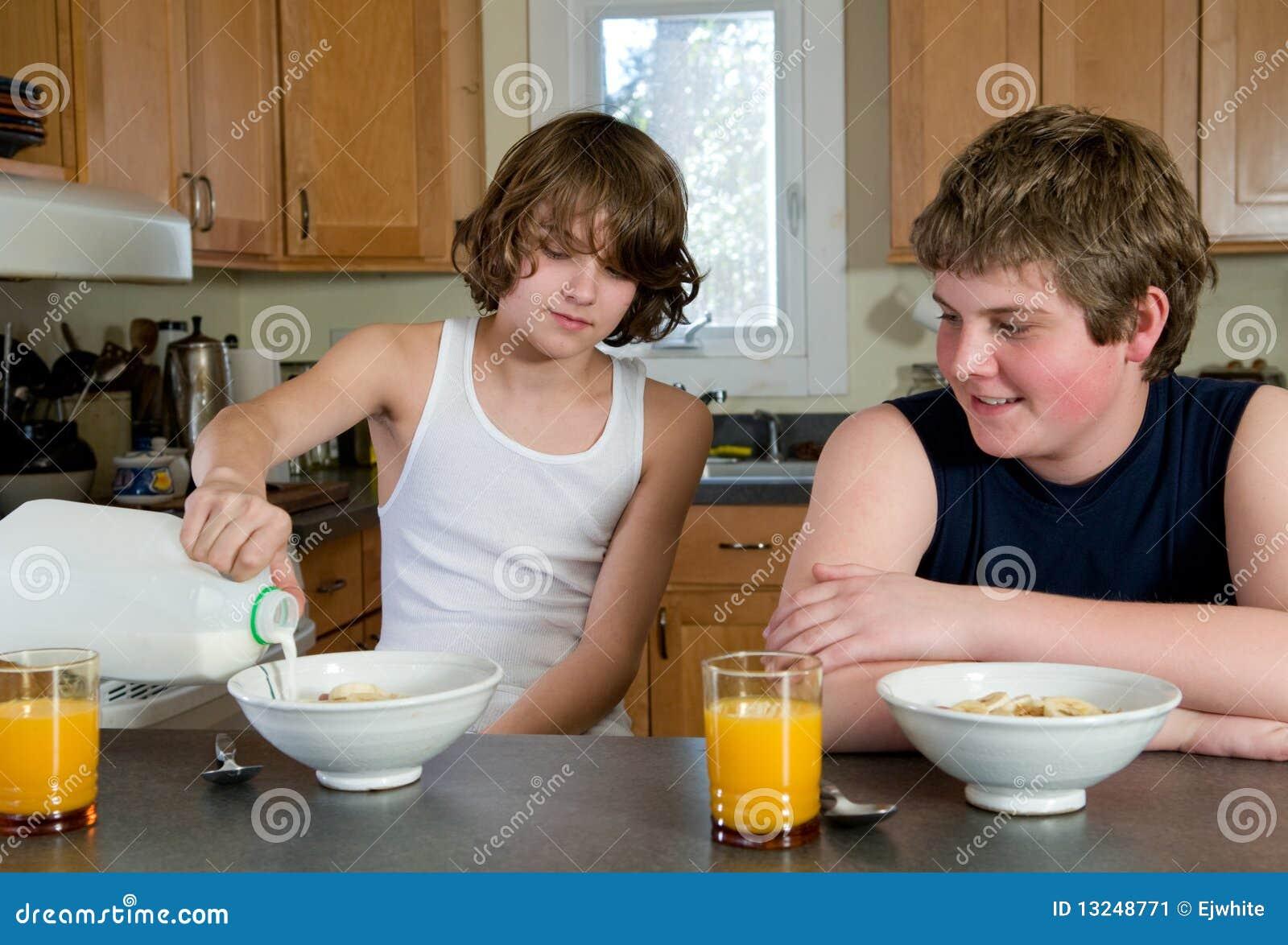 Garçons prenant le petit déjeuner