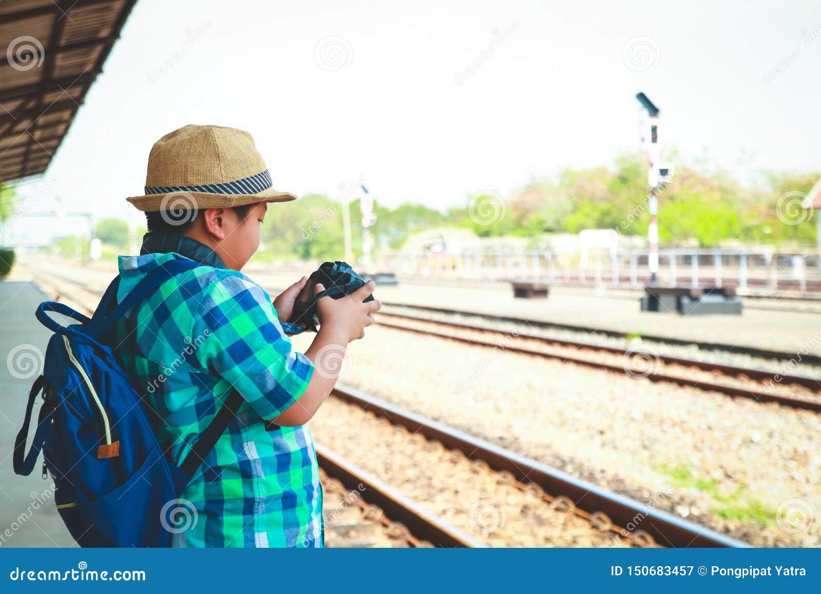Garçons voyageant par chemin de fer