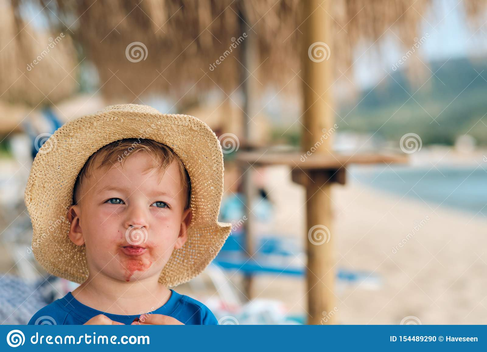 Gar?on d enfant en bas ?ge sur la plage