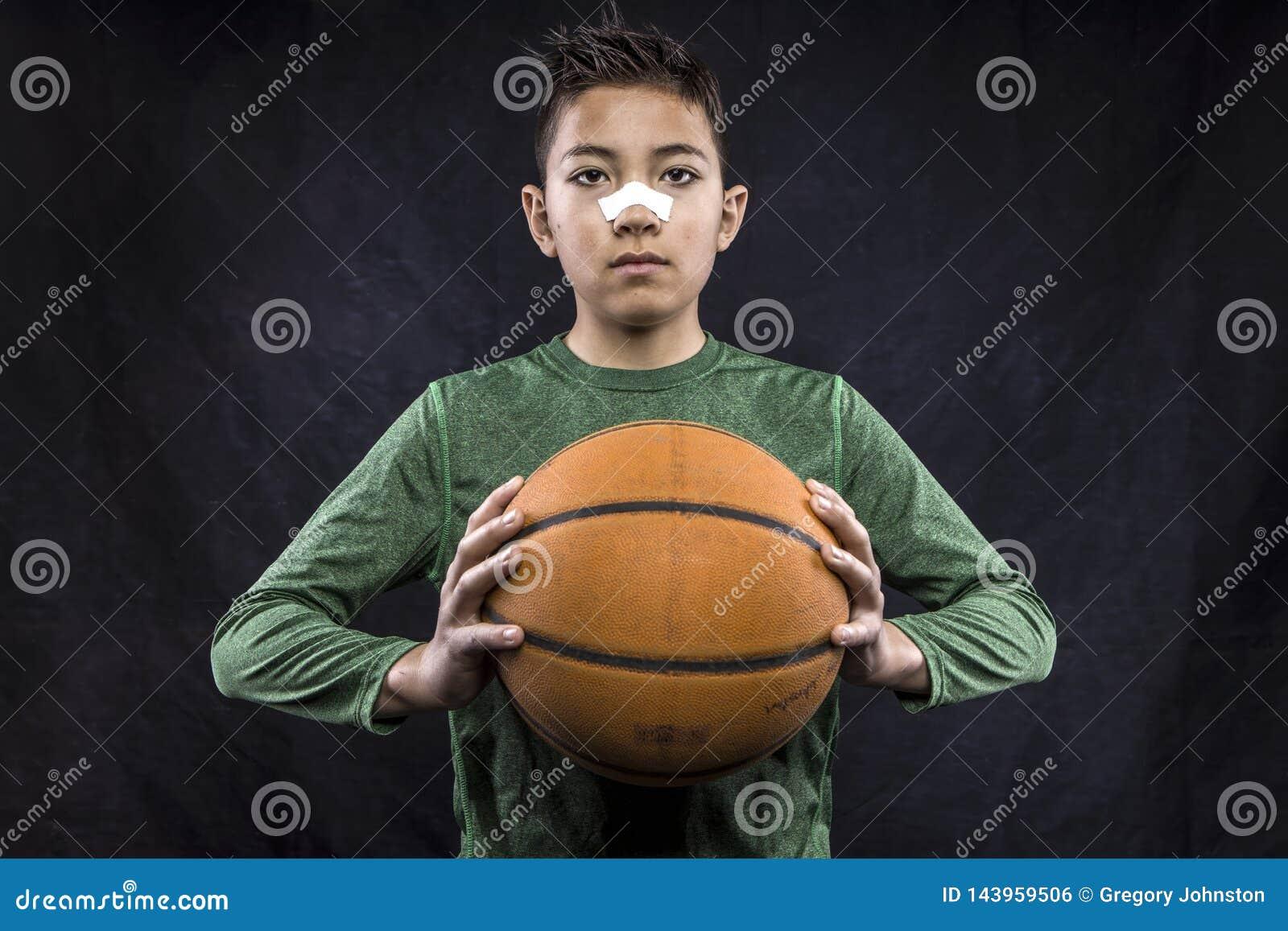 Gar?on retenant un basket-ball