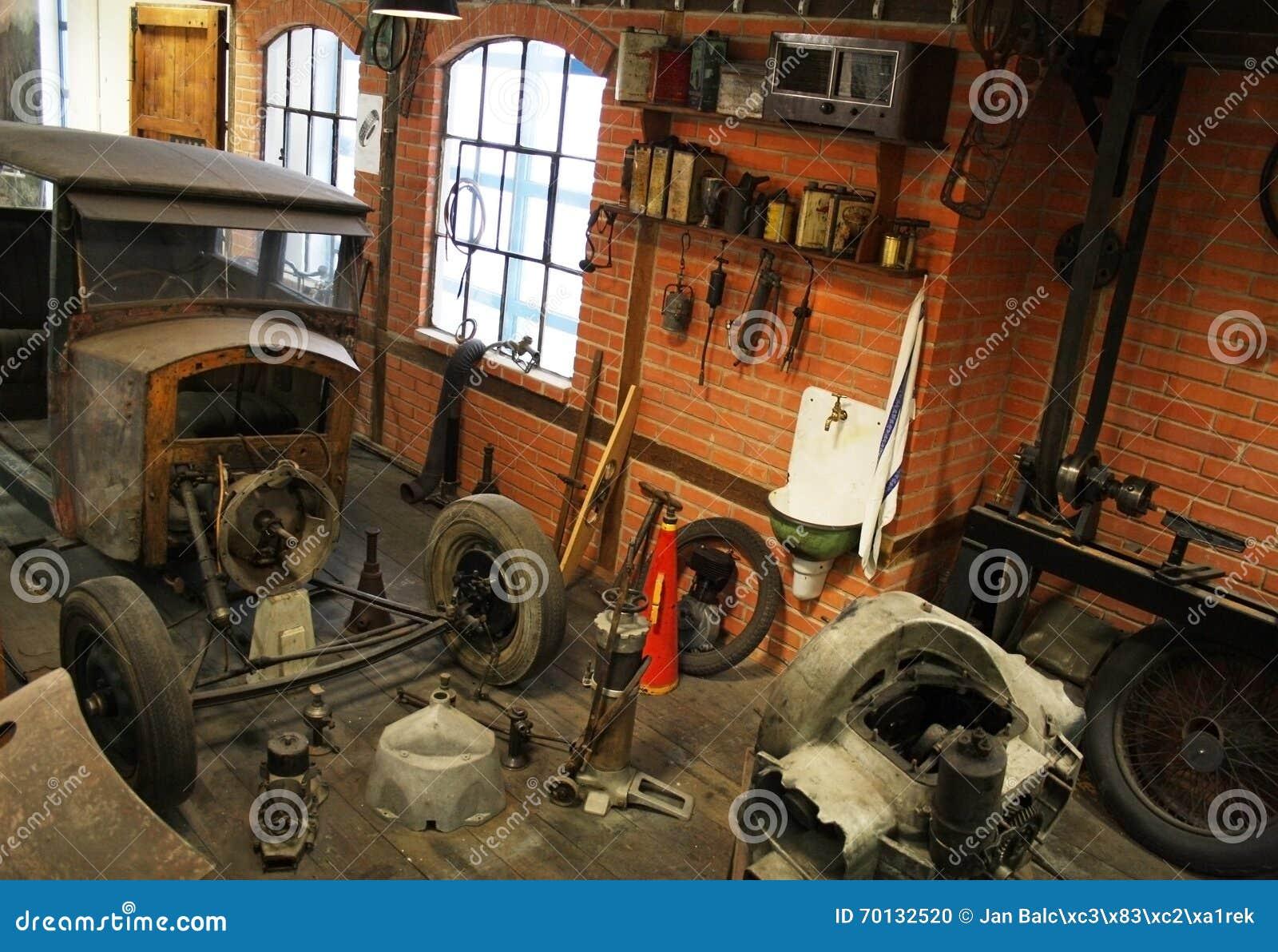 Garage de vintage l 39 int rieur photo stock image 70132520 for Interieur garage