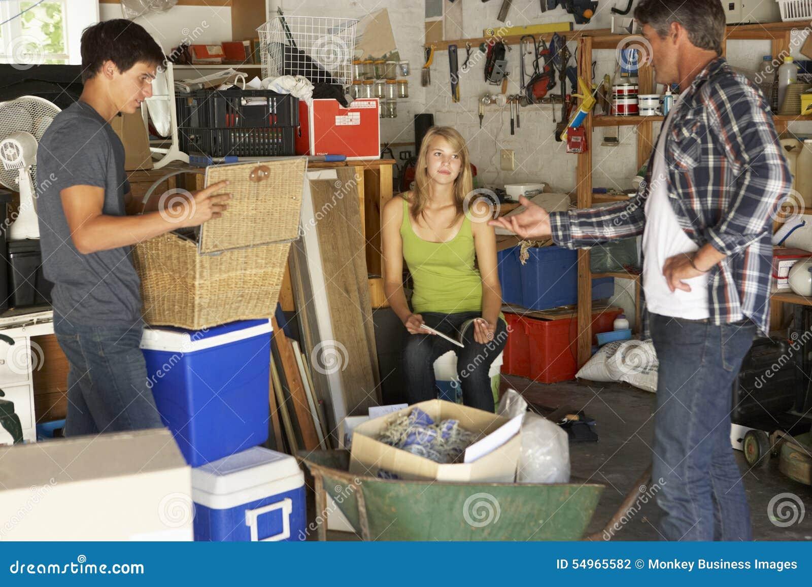 Garage di schiarimento di organising two teenagers del for Oggetti usati gratis