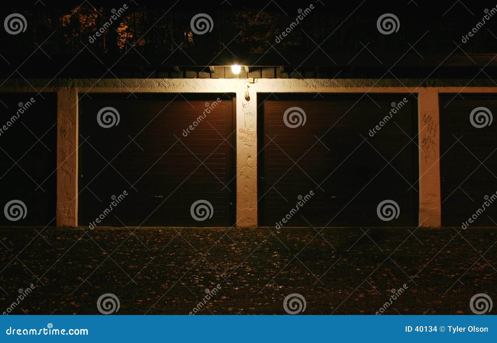 Download Garage en la noche foto de archivo. Imagen de configuración - 40134