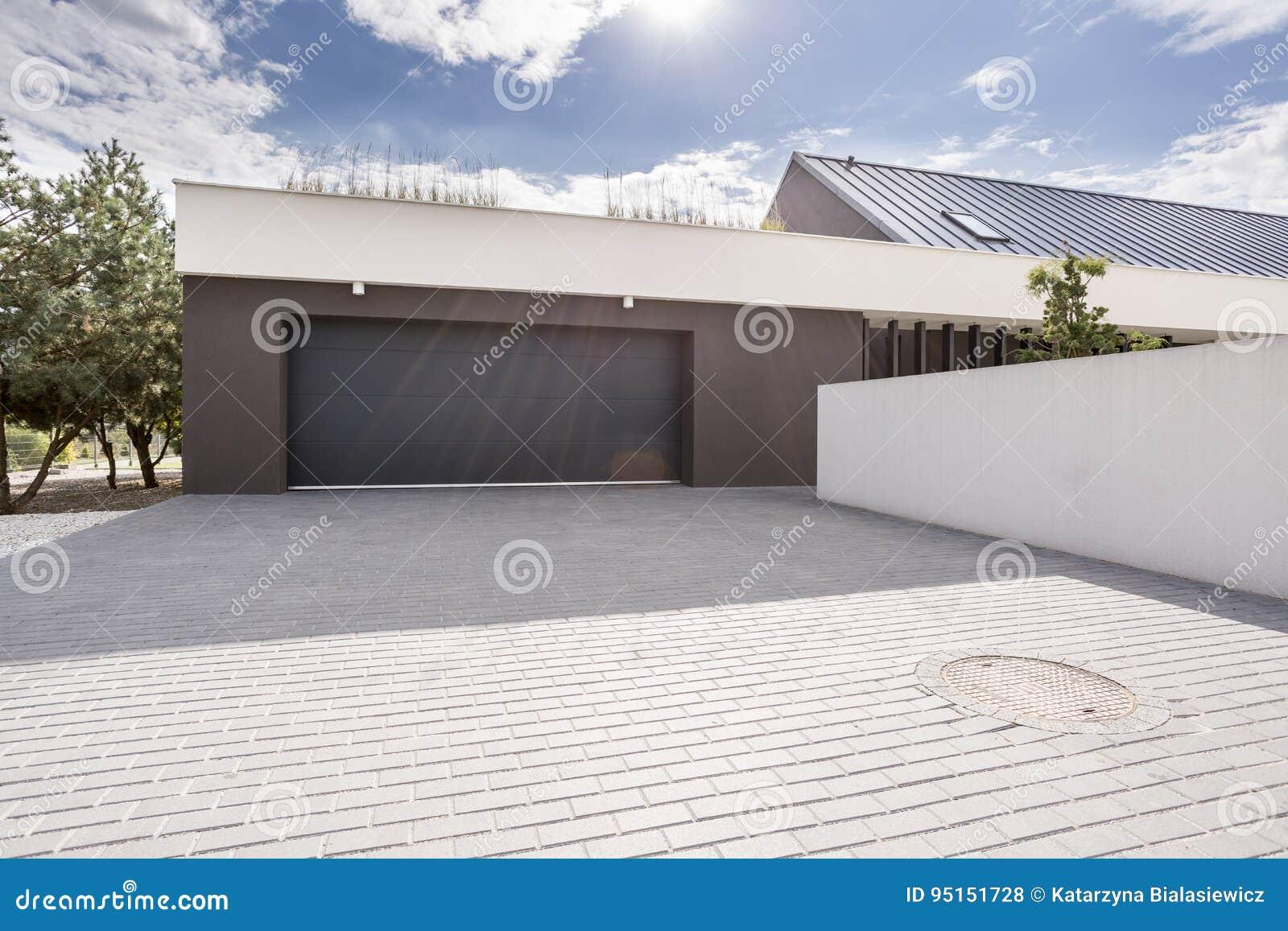 Garage moderne avec la grande allée