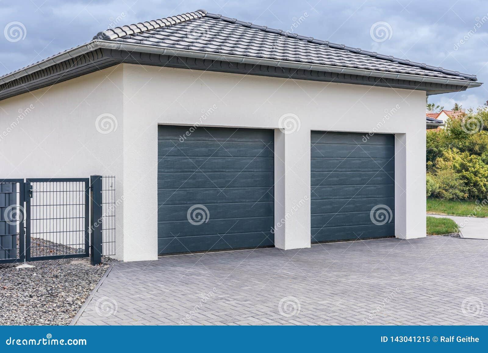 Garagem dobro moderna para carros
