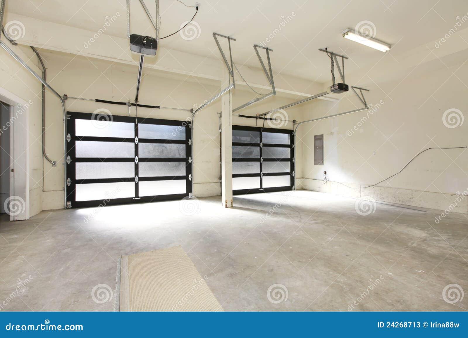 Garagem Nova De Dois Carros Com Portas De Vidro Imagem De