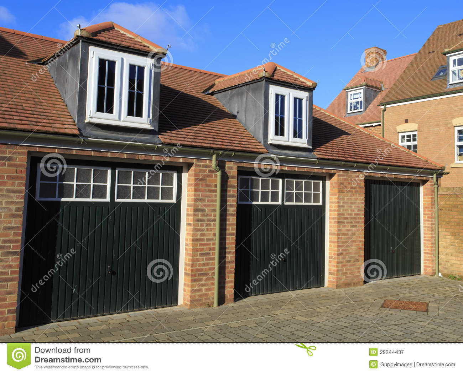 Download Garagens Do Estilo Tradicional Com Portas E Os Indicadores De Dormer De Madeira Imagem de Stock - Imagem de construção, propriedade: 29244437