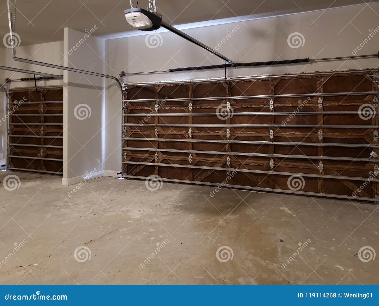Garaje con diseño de madera de la puerta en una nueva casa