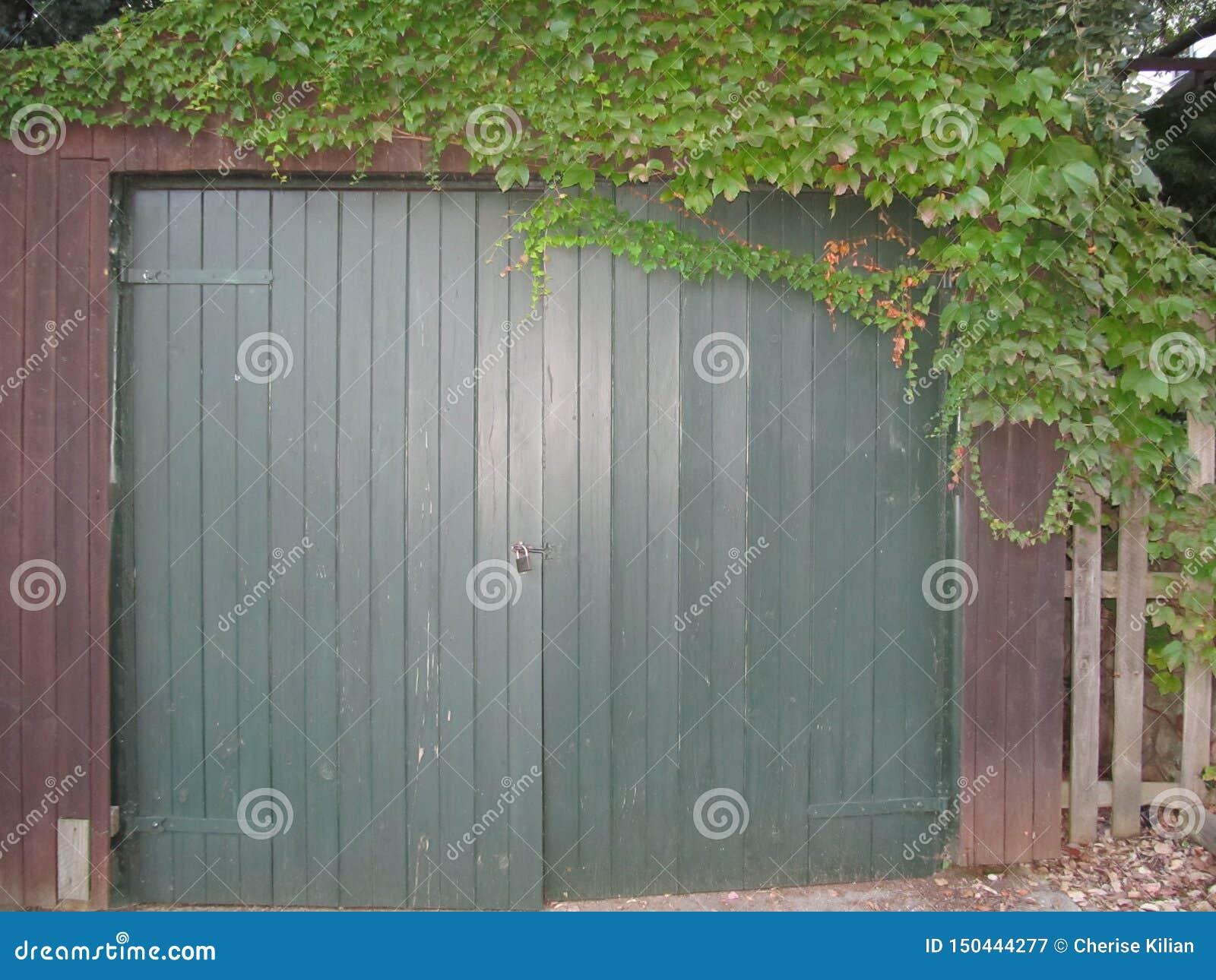 Garaje viejo de la cabaña del jardín