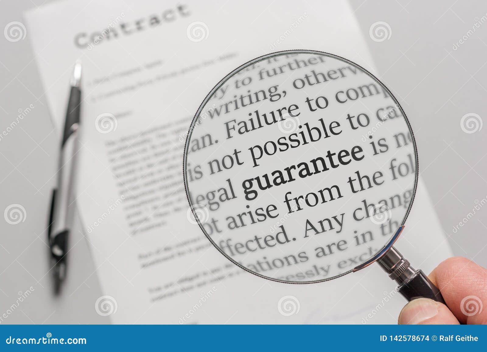 Garantivillkor av ett avtal kontrolleras försiktigt med ett förstoringsglas - engelskt språk