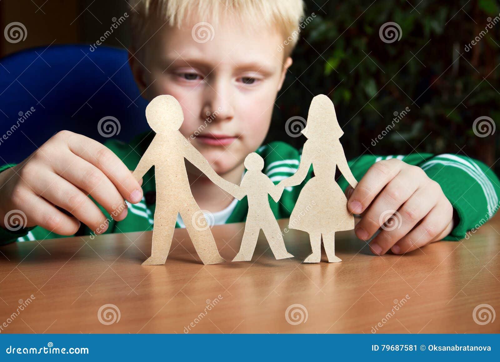 Garde, enfant avec la famille de papier