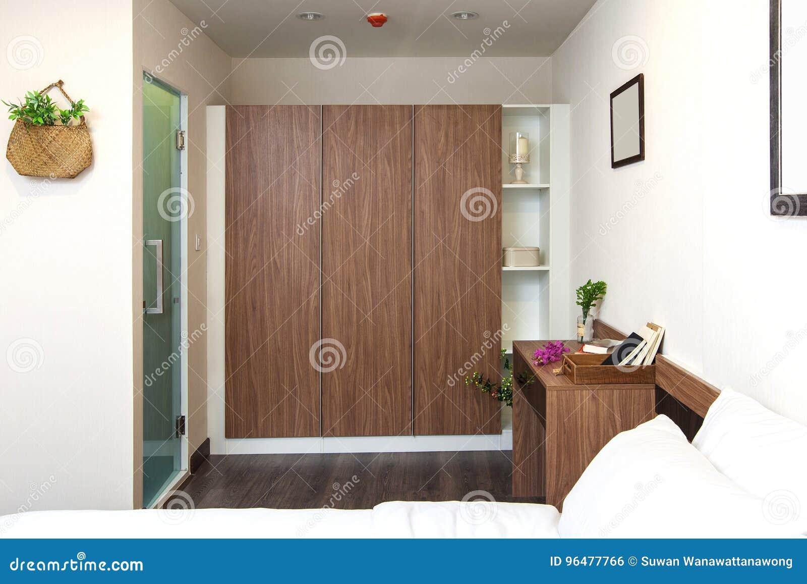 Garde robe incorporée et bureau en bois sur la chambre à coucher