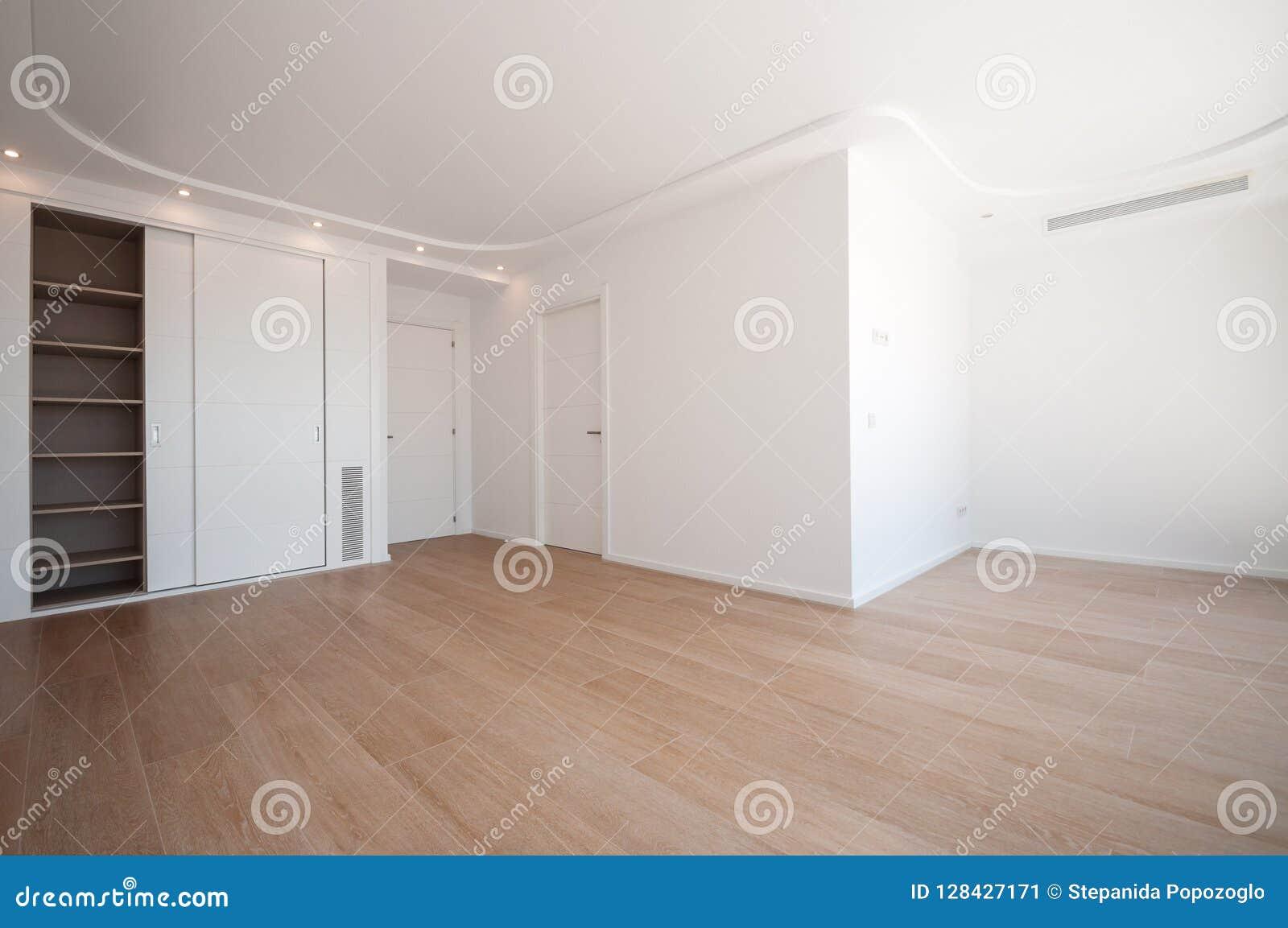 Garde-robes intégrées vides Nouvelle maison, salles vides