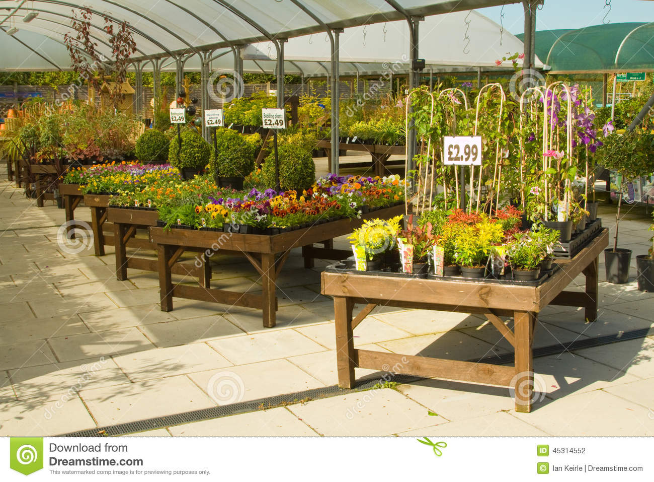 Garden center displays stock photo image 45314552 for Articulos para jardineria