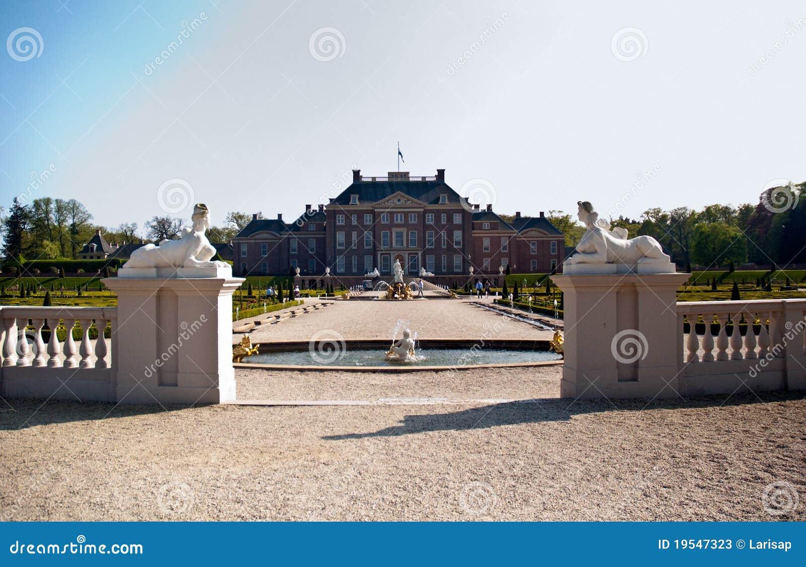 Garden from dutch palace stock photos image 19547323 for Royal dutch gardens
