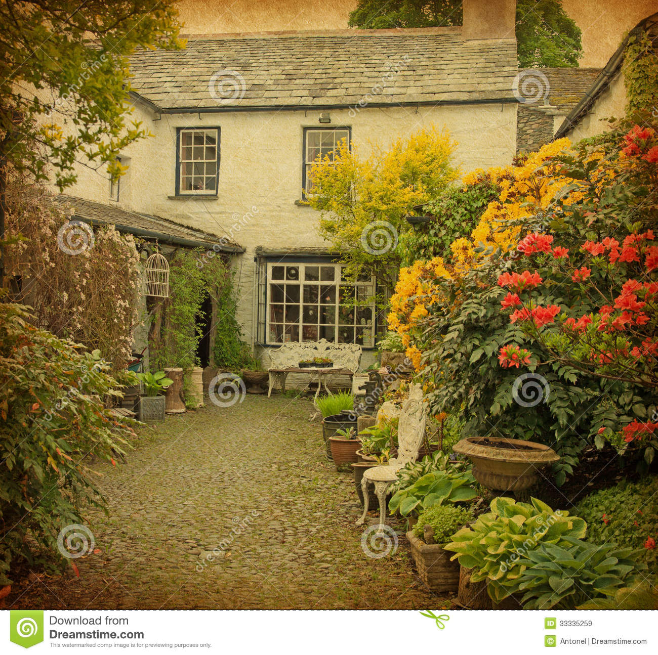 Old garden house - Garden At The Front Of Old House Royalty Free Stock Images