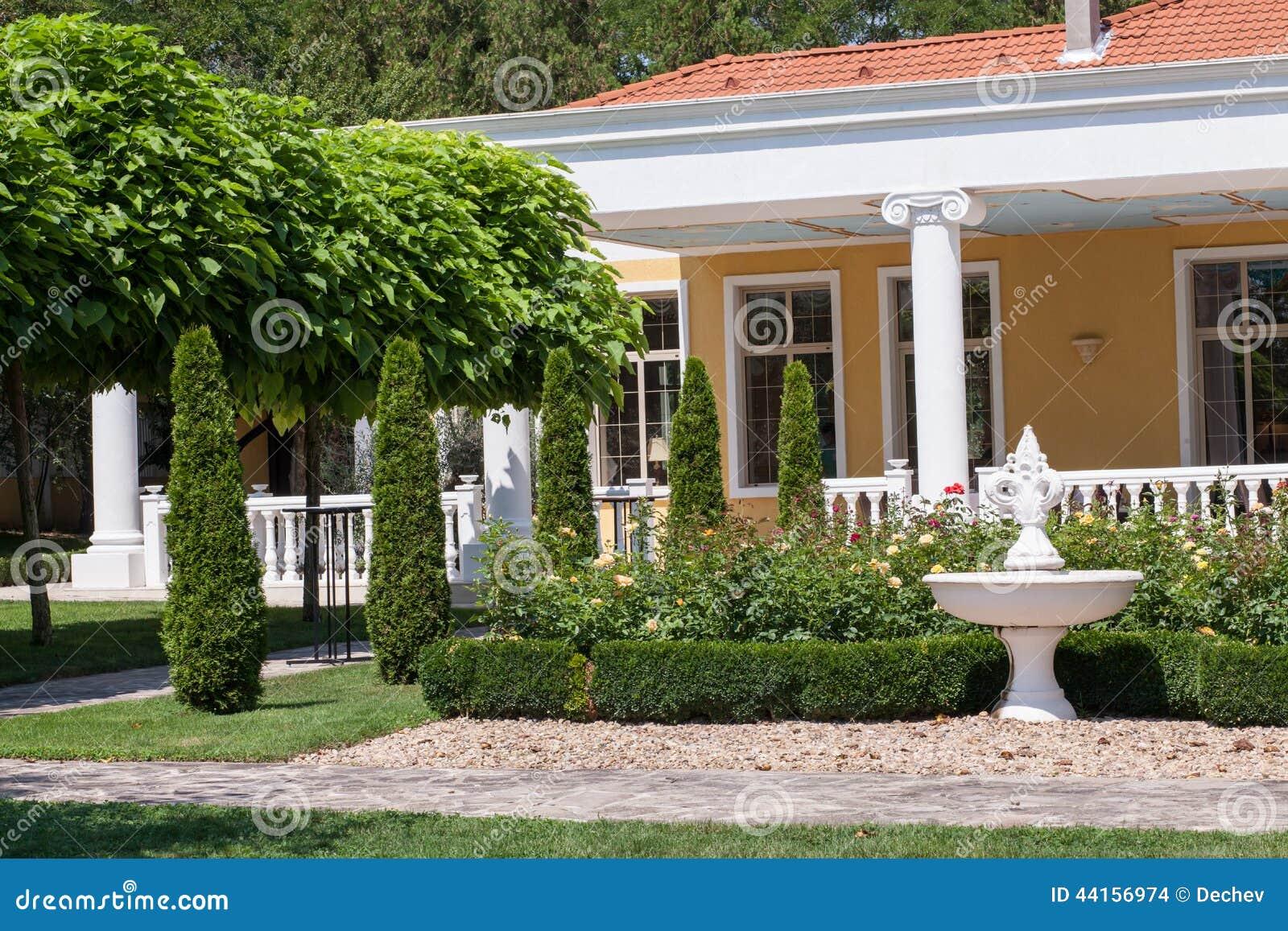 Garden in front of a villa house stock photo image of for Apartamentos villa jardin cambrils