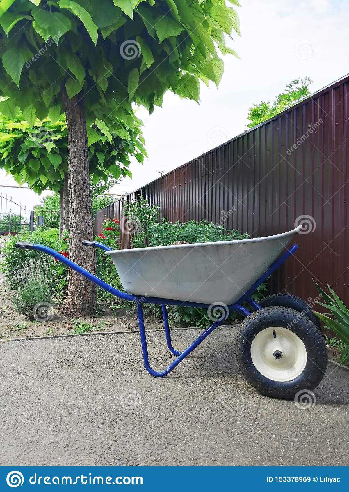 Garden or steel construction on two wheels for the carriage of cargo