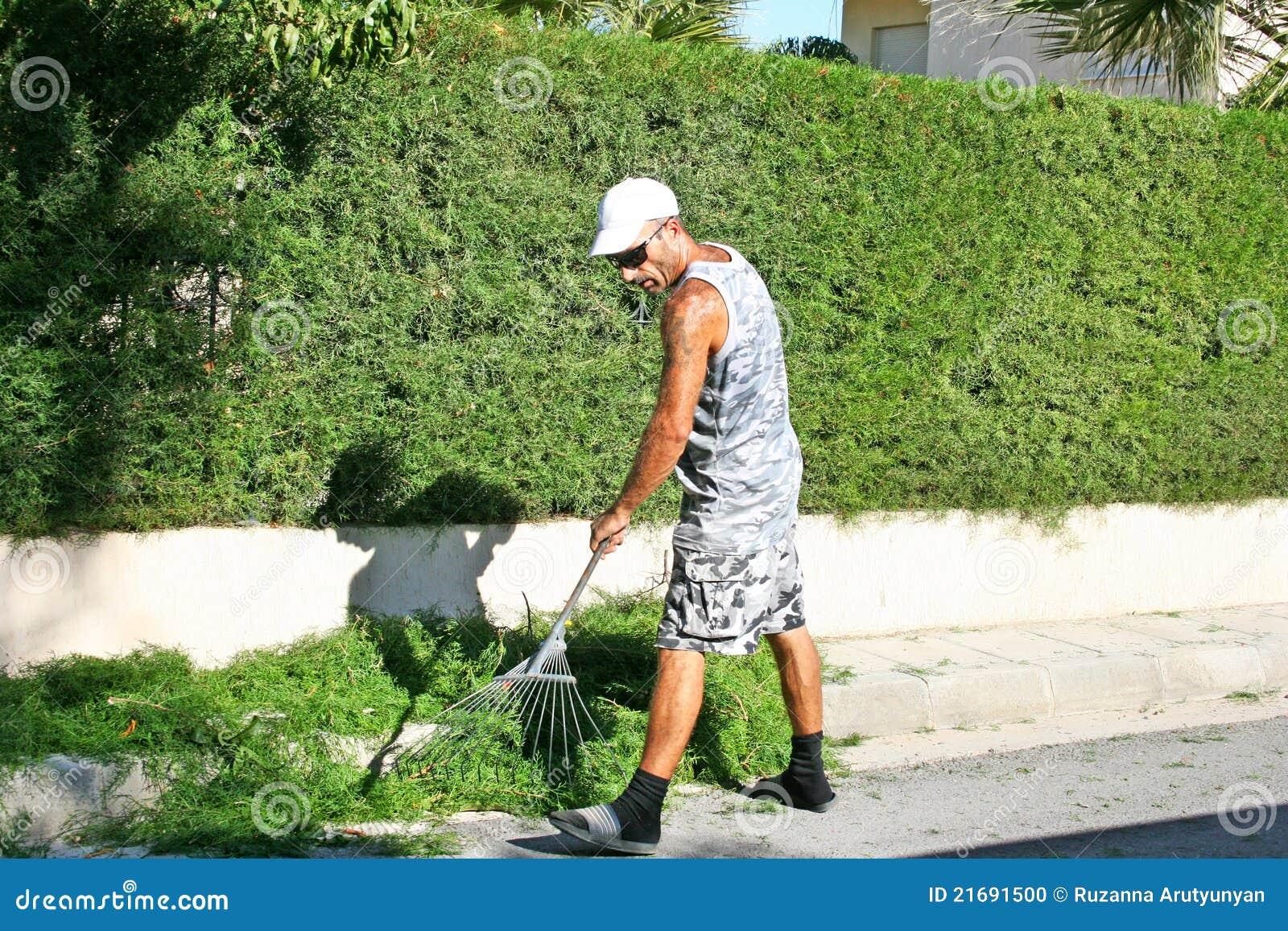 С садовником на лужайке 18 фотография