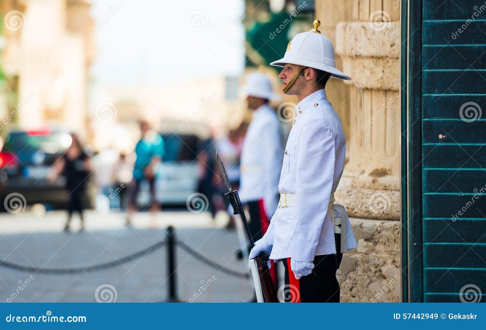 Gardien maltais dans une rue