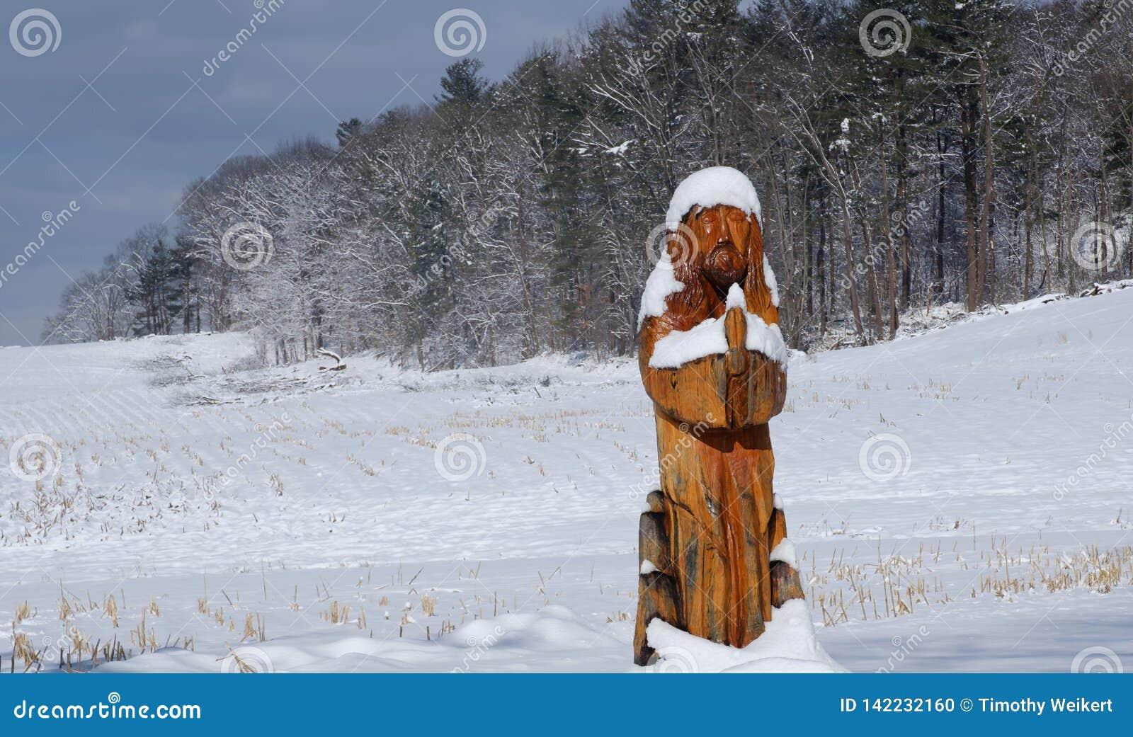Gardners, PA/ΗΠΑ - το Μάρτιο του 2019: Άγαλμα του Ιησού που καλύπτεται με το χιόνι στο κρύο, χειμερινή ημέρα